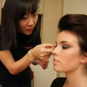 Jinny Applying makeup